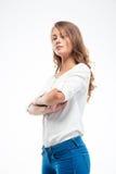 Νέα γυναίκα που στέκεται με τα όπλα που διπλώνονται Στοκ Φωτογραφία