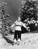 Νέα γυναίκα που στέκεται σε έναν λόφο στο χιόνι (όλα τα πρόσωπα που απεικονίζονται δεν ζουν περισσότερο και κανένα κτήμα δεν υπάρ Στοκ φωτογραφία με δικαίωμα ελεύθερης χρήσης