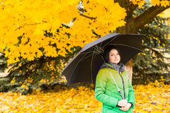 Νέα γυναίκα που στέκεται σε ένα ζωηρόχρωμο πάρκο πτώσης Στοκ φωτογραφίες με δικαίωμα ελεύθερης χρήσης