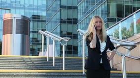 Νέα γυναίκα που στέκεται στα σκαλοπάτια και που μιλά σε ένα κινητό τηλέφωνο φιλμ μικρού μήκους