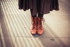 Νέα γυναίκα που στέκεται στην οδό Στοκ φωτογραφία με δικαίωμα ελεύθερης χρήσης