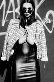 Νέα γυναίκα που στέκεται υπαίθρια πορτρέτο μόδας μαύρο λευκό Στοκ Εικόνες