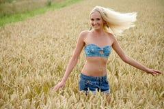Νέα γυναίκα που στέκεται cornfield Στοκ Εικόνα