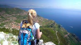 Νέα γυναίκα που στα βουνά πέρα από την ακτή της Αμάλφης σε αργή κίνηση φιλμ μικρού μήκους