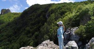 Νέα γυναίκα που στα βουνά πέρα από την ακτή της Αμάλφης σε αργή κίνηση απόθεμα βίντεο