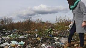 Νέα γυναίκα που συλλέγει τα σκουπίδια στο νέο εθελοντή ForestÑŽ εικόνες οικολογίας έννοιας πολύ περισσότεροι το χαρτοφυλάκιό μου απόθεμα βίντεο