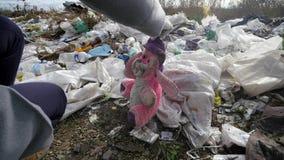 Νέα γυναίκα που συλλέγει τα σκουπίδια στο νέο εθελοντή ForestÑŽ εικόνες οικολογίας έννοιας πολύ περισσότεροι το χαρτοφυλάκιό μου φιλμ μικρού μήκους