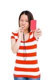 Νέα γυναίκα που σφυρίζει και που παρουσιάζει κόκκινη κάρτα Στοκ Φωτογραφία