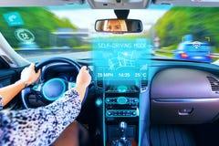 Νέα γυναίκα που ταξιδεύει στο μόνο οδηγώντας αυτοκίνητο στοκ εικόνα