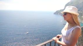 Νέα γυναίκα που ταξιδεύει στο νησί Capri απόθεμα βίντεο