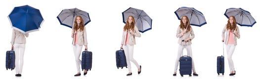 Νέα γυναίκα που ταξιδεύουν με τη βαλίτσα και ομπρέλα που απομονώνεται στο wh στοκ φωτογραφίες