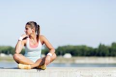 Νέα γυναίκα που τεντώνει και που χαλαρώνει στην πόλη Στοκ εικόνες με δικαίωμα ελεύθερης χρήσης