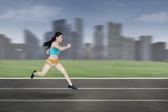 Νέα γυναίκα που τρέχει έξω Στοκ φωτογραφίες με δικαίωμα ελεύθερης χρήσης