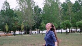 Νέα γυναίκα που τρέχει και που πετά έναν ικτίνο r απόθεμα βίντεο
