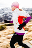 Νέα γυναίκα που τρέχει στα βουνά στη χειμερινή πτώση στοκ εικόνες με δικαίωμα ελεύθερης χρήσης