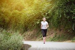 Νέα γυναίκα που τρέχει στη δασώδη δασική περιοχή Στοκ φωτογραφία με δικαίωμα ελεύθερης χρήσης