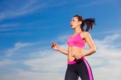 Νέα γυναίκα που τρέχει στο υπόβαθρο μπλε ουρανού Στοκ Εικόνα