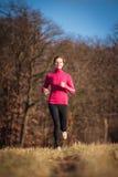 Νέα γυναίκα που τρέχει υπαίθρια σε ένα πάρκο πόλεων Στοκ Φωτογραφία