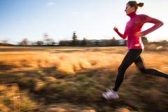 Νέα γυναίκα που τρέχει υπαίθρια Στοκ φωτογραφία με δικαίωμα ελεύθερης χρήσης
