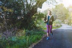 Νέα γυναίκα που τρέχει υπαίθρια στοκ εικόνα με δικαίωμα ελεύθερης χρήσης