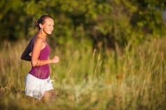 Νέα γυναίκα που τρέχει υπαίθρια Στοκ Εικόνες
