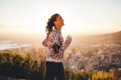 Νέα γυναίκα που τρέχει υπαίθρια Στοκ εικόνες με δικαίωμα ελεύθερης χρήσης