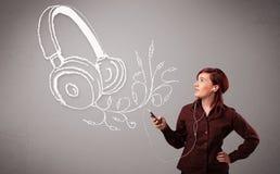 Νέα γυναίκα που τραγουδά και που ακούει τη μουσική με το αφηρημένο headpho Στοκ φωτογραφία με δικαίωμα ελεύθερης χρήσης