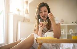 Νέα γυναίκα που τρώει τα δημητριακά στοκ φωτογραφίες με δικαίωμα ελεύθερης χρήσης