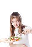 Νέα γυναίκα που τρώει τη σαλάτα Στοκ εικόνες με δικαίωμα ελεύθερης χρήσης