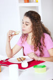 Νέα γυναίκα που τρώει το γιαούρτι Στοκ φωτογραφίες με δικαίωμα ελεύθερης χρήσης
