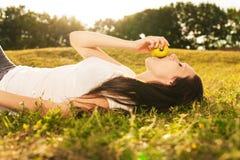 Νέα γυναίκα που τρώει το μήλο Στοκ εικόνες με δικαίωμα ελεύθερης χρήσης
