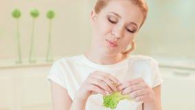 Νέα γυναίκα που τρώει το μαρούλι Οργανική τροφή φιλμ μικρού μήκους
