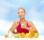 Νέα γυναίκα που τρώει το υγιές πρόγευμα Στοκ Εικόνα