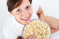 Νέα γυναίκα που τρώει popcorn Στοκ Εικόνα
