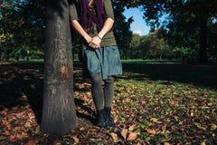 Νέα γυναίκα που υπερασπίζεται ένα δέντρο το φθινόπωρο Στοκ φωτογραφία με δικαίωμα ελεύθερης χρήσης