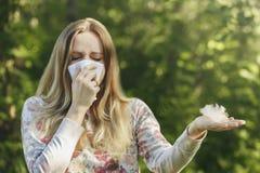 Νέα γυναίκα που υφίσταται την αλλεργία γύρης άνοιξη Στοκ Εικόνα