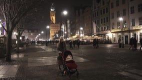 Νέα γυναίκα που φέρνει την κόρη της σε μια κόκκινη μεταφορά τη νύχτα Γντανσκ Πολωνία φιλμ μικρού μήκους