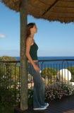 Νέα γυναίκα που φαίνεται ειρηνικό - ωκεάνια άποψη - πρότυπο Στοκ φωτογραφία με δικαίωμα ελεύθερης χρήσης