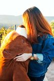 Νέα γυναίκα που φιλά μια μεγάλη αρκούδα στοκ εικόνες