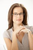 Νέα γυναίκα που φορά τα γυαλιά στοκ εικόνα με δικαίωμα ελεύθερης χρήσης