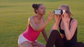 Νέα γυναίκα που φορά την κάσκα εικονικής πραγματικότητας Διαφορετικοί φίλοι που χρησιμοποιούν vr την κάσκα απόθεμα βίντεο