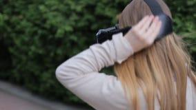 Νέα γυναίκα που φορά την κάσκα εικονικής πραγματικότητας φιλμ μικρού μήκους