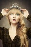 Νέα γυναίκα που φορά την κορώνα Στοκ εικόνες με δικαίωμα ελεύθερης χρήσης