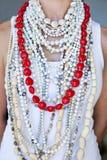 Νέα γυναίκα που φορά τις άσπρες χάντρες και μια σειρά των καρδιών Στοκ φωτογραφία με δικαίωμα ελεύθερης χρήσης