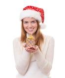 Νέα γυναίκα που φορά το καπέλο Άγιου Βασίλη Στοκ Εικόνες