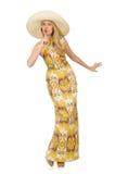 Νέα γυναίκα που φορά το καπέλο και το μακρύ θερινό φόρεμα στοκ εικόνες
