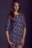 Νέα γυναίκα που φορά το κοντό φόρεμα λουλουδιών Πρότυπος πυροβολισμός μόδας Στοκ φωτογραφία με δικαίωμα ελεύθερης χρήσης