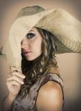Νέα γυναίκα που φορά το μεγάλο καπέλο Στοκ Φωτογραφία