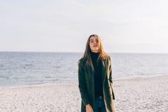 Νέα γυναίκα που φορά το μοντέρνο παλτό στοκ φωτογραφία με δικαίωμα ελεύθερης χρήσης