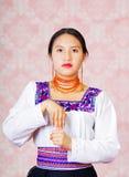 Νέα γυναίκα που φορά το παραδοσιακό των Άνδεων φόρεμα, που αντιμετωπίζει τη κάμερα που κάνει τη γλωσσική λέξη σημαδιών για το μετ Στοκ φωτογραφία με δικαίωμα ελεύθερης χρήσης